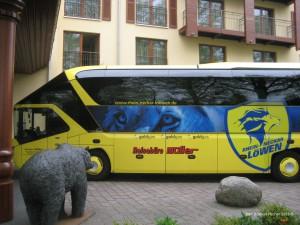 Löwen Bus vor dem Hotel